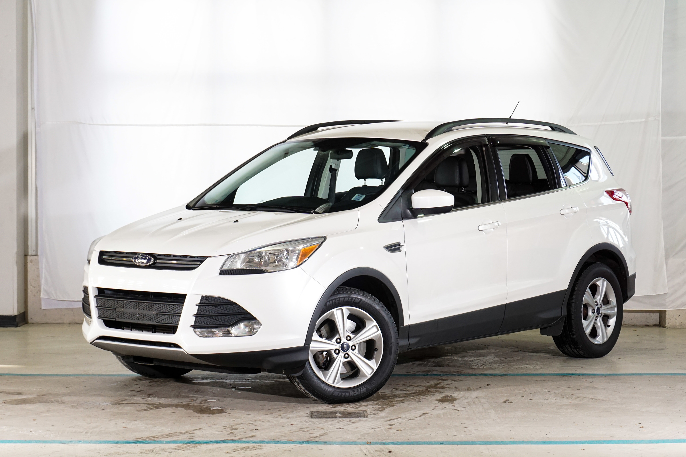 White Ford Escape SE