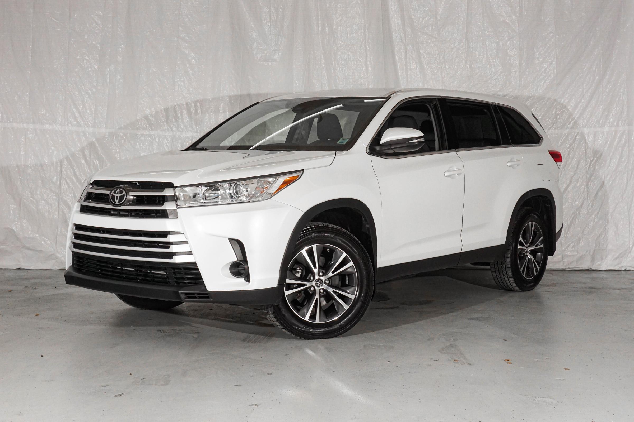 White Toyota Highlander LE
